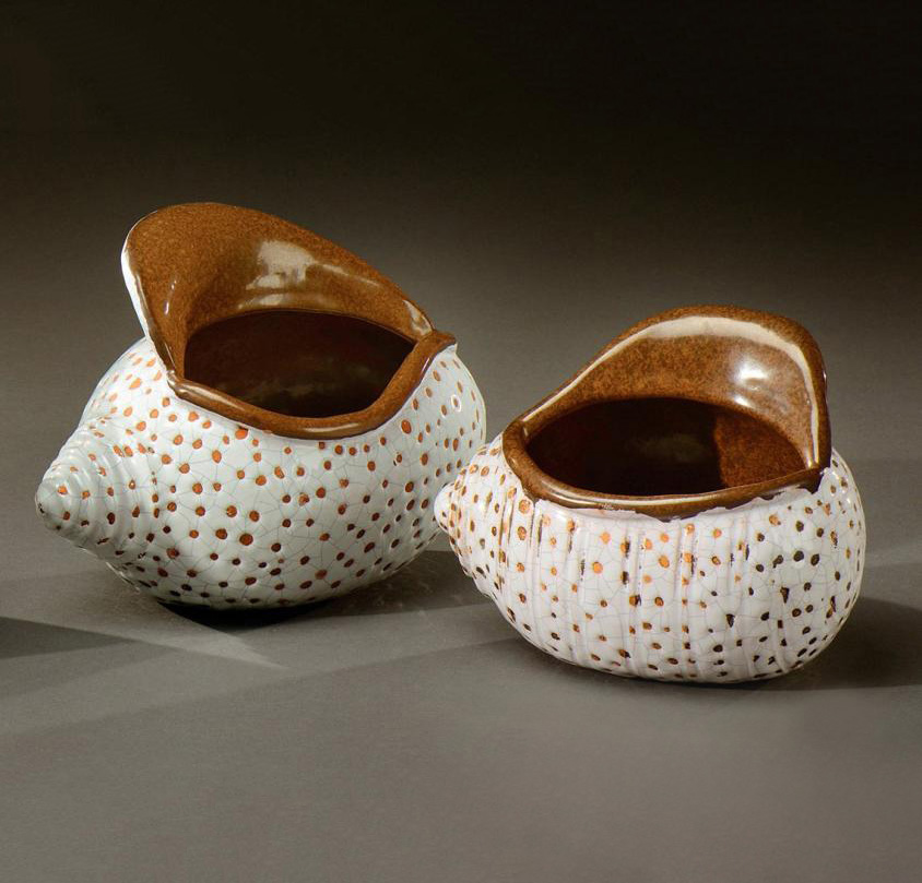 2040€ Colette Guéden(1905-2000) et atelier Primavera, vers 1930, paire de coupes ovales figurant des coquillages en céramique émaillée blanc craque