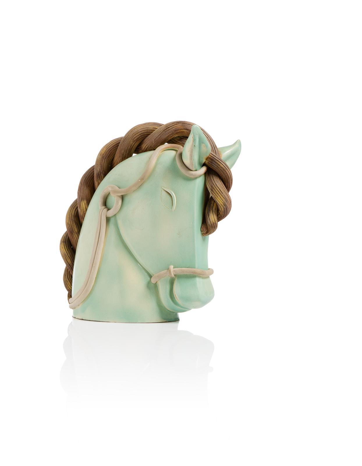 1820€ Colette Guéden et atelier Primavera, sculpture-volume figurant une tête de cheval en céramique vernissée de couleurs vert céladon et brun crèm