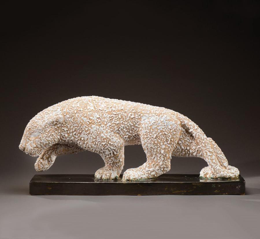 2423€ Atelier Primavera, sculpture figurant une panthère en céramique émaillée jaspée blanc reposant sur une base émaillée noir à nuances vertes, ve