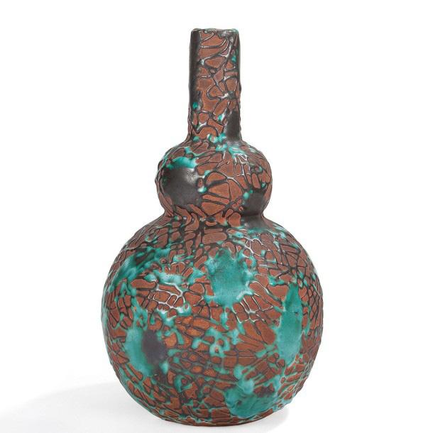 1500€ Atelier Primavera, «Dripping», vase bouteille dans le goût de l'Asie en céramique couverte d'une résille émaillée laissant le fond de terre la