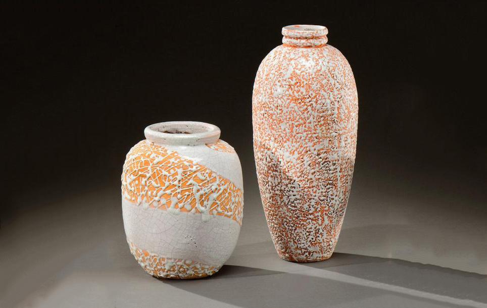 2040€ Atelier Primavera, suite de deux vases à corps ovoïde en céramique émaillée blanc craquelé à décor de coulures et de jaspures blanches, vers1