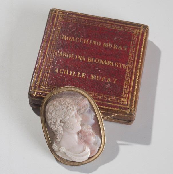 25625€ Naples, vers 1810. Broche ornée d'un camée en agate à quatre couches cerclé d'or, représentant Joachim Murat, roi de Naples, son jeune fils a