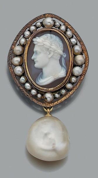 7248€ Broche en or jaune ornée d'un camée de calcédoine grise figurant un profil d'homme couronné de lauriers et entouré de perles, soutenant en pam