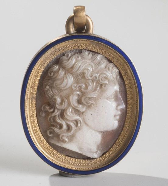 7750€ Naples, vers 1810. Camée en agate à deux couches représentant Joachim Murat, roi de Naples, monté sur un médaillon en or et émail, h.4cm, l.
