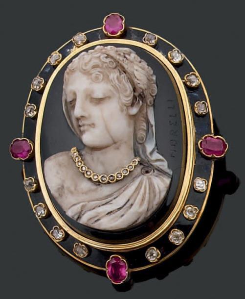 3965€ Broche ovale en or jaune sertie d'un camée en onyx sculpté d'un buste de femme drapé à l'antique orné postérieurement d'un collier serti de di