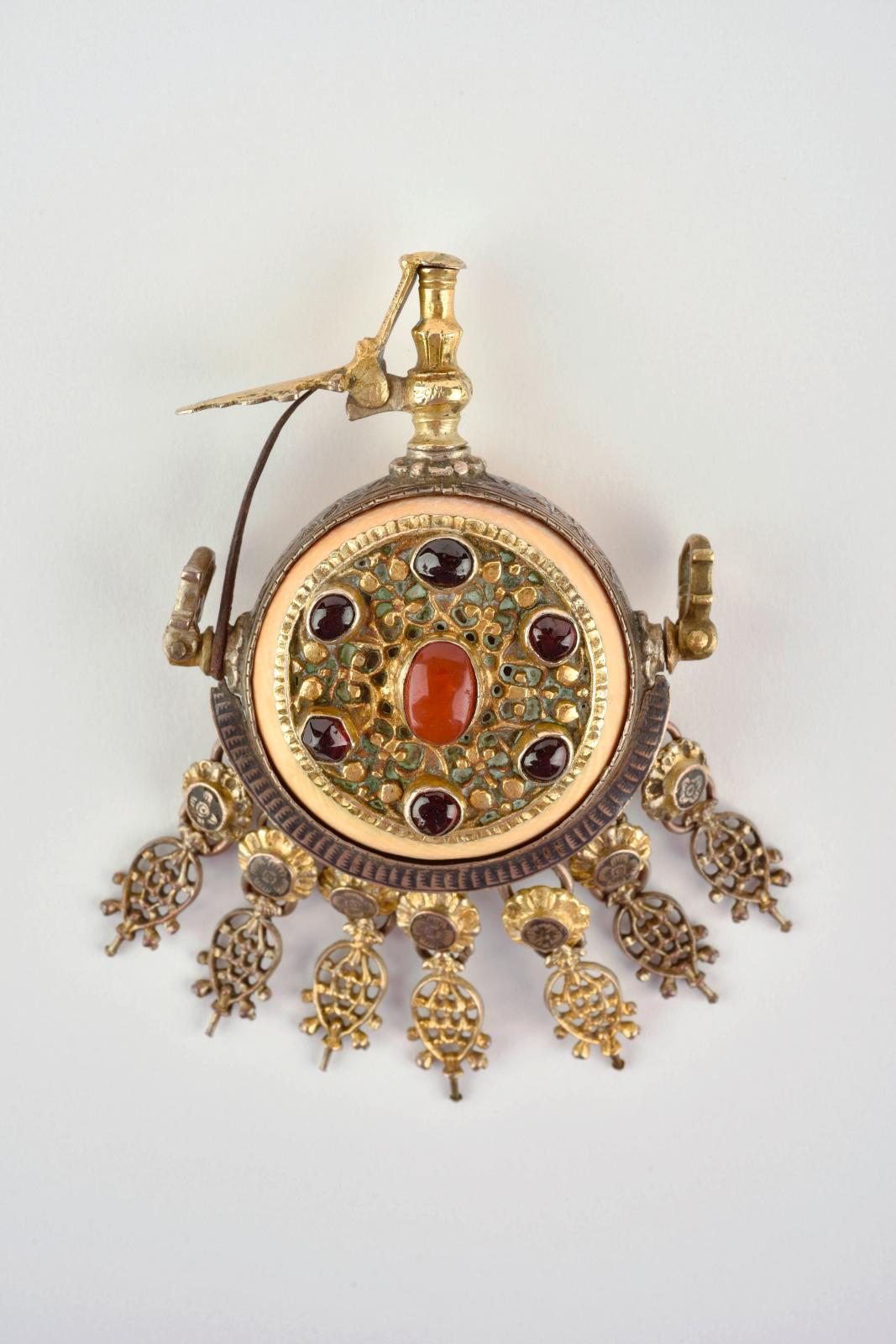 Empire Ottoman, XVIIIesiècle. Poire à poudre dite «amorçoir», corps en ivoire à cerclage en argent niellé, plaque en argent, plaque en laiton doré or
