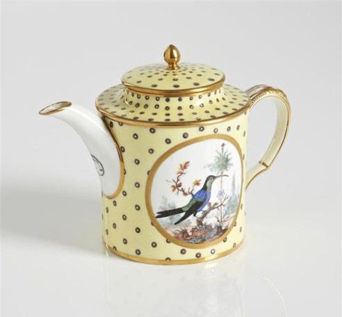 14490€ Sèvres, vers 1794, théière litron couverte de porcelaine tendre, à décor polychrome d'oiseaux sur des arbustes avec attributs révolutionnaire