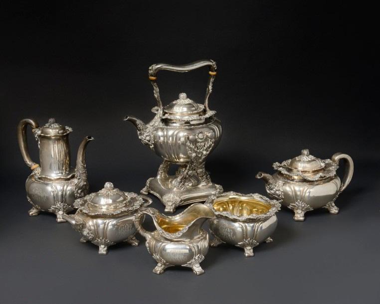 13125€ Tiffany and Co, service à thé et à café en argent ciselé de feuillages et agrafes en repoussé, poinçon du maître orfèvre, vers 1880-1900, poi