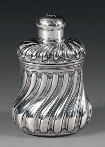 11153€ Aymé Joubert (reçu maître orfèvre en 1807), petite boîte à thé en argent, Paris, 1743, h.11,2cm, l.7,5cm, poids137,40g Drouot, 6juin 2