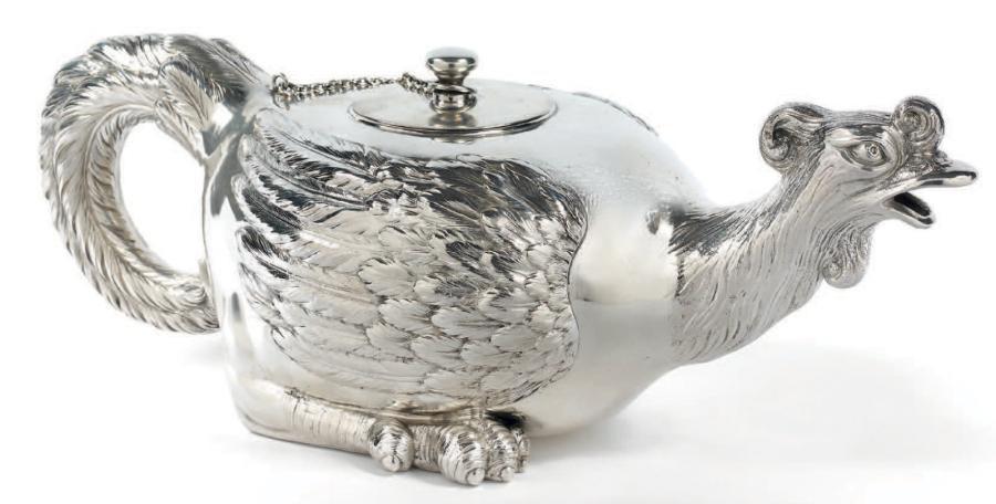 3741€ Attribuée aux ateliers de la firme Georg Roth, Hanau, vers 1920, théière en argent poinçonné au cygne, en forme de poule, l.30,5cm, poids63