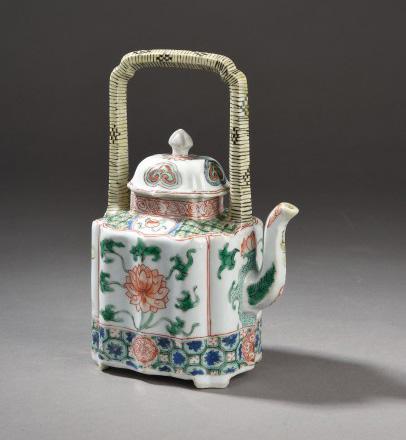 2772€ Chine, époque Kangxi (1662-1722). Théière couverte en porcelaine et émaux de la famille verte, l'anse émaillée de jaune, h.18cm. Drouot, 9j