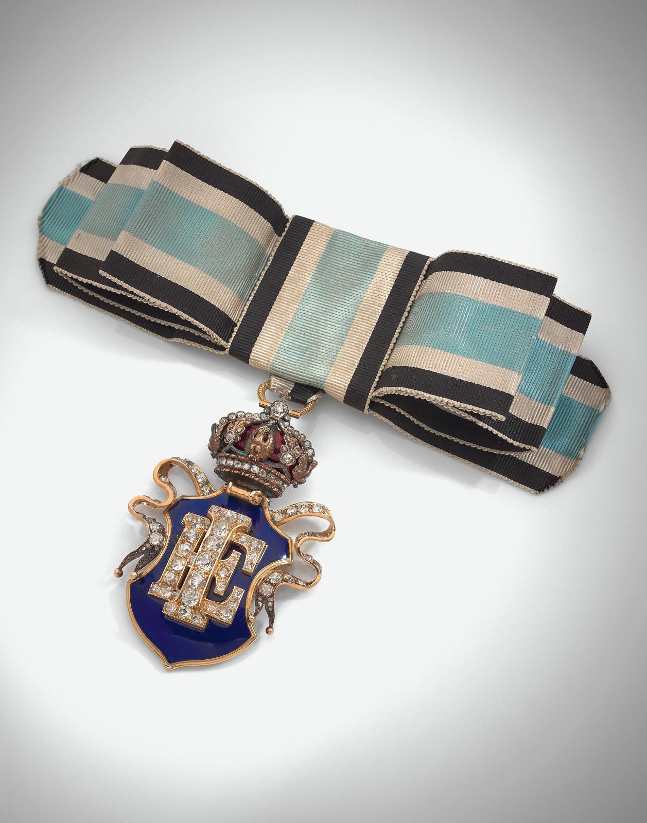 Sous NapoléonIII, la cour n'a rien perdu de sa superbe, comme en témoigne ce bijou, réalisé vers1855, composé du chiffre royal «IE» diamanté sous un