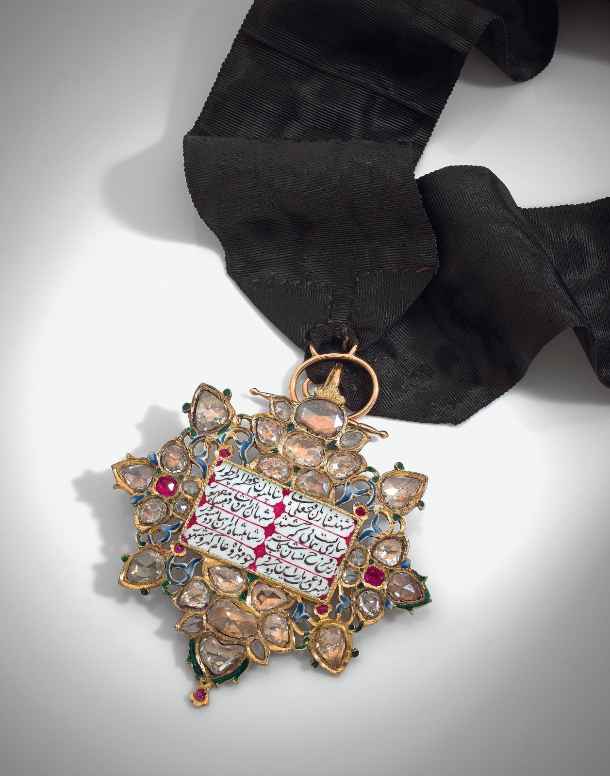 Fastueuse, avec sa monture d'or ajourée, soulignée d'émaux et sertie de diamants et de rubis, cette décoration Neshân e-Mehr du grand ordre du Soleil