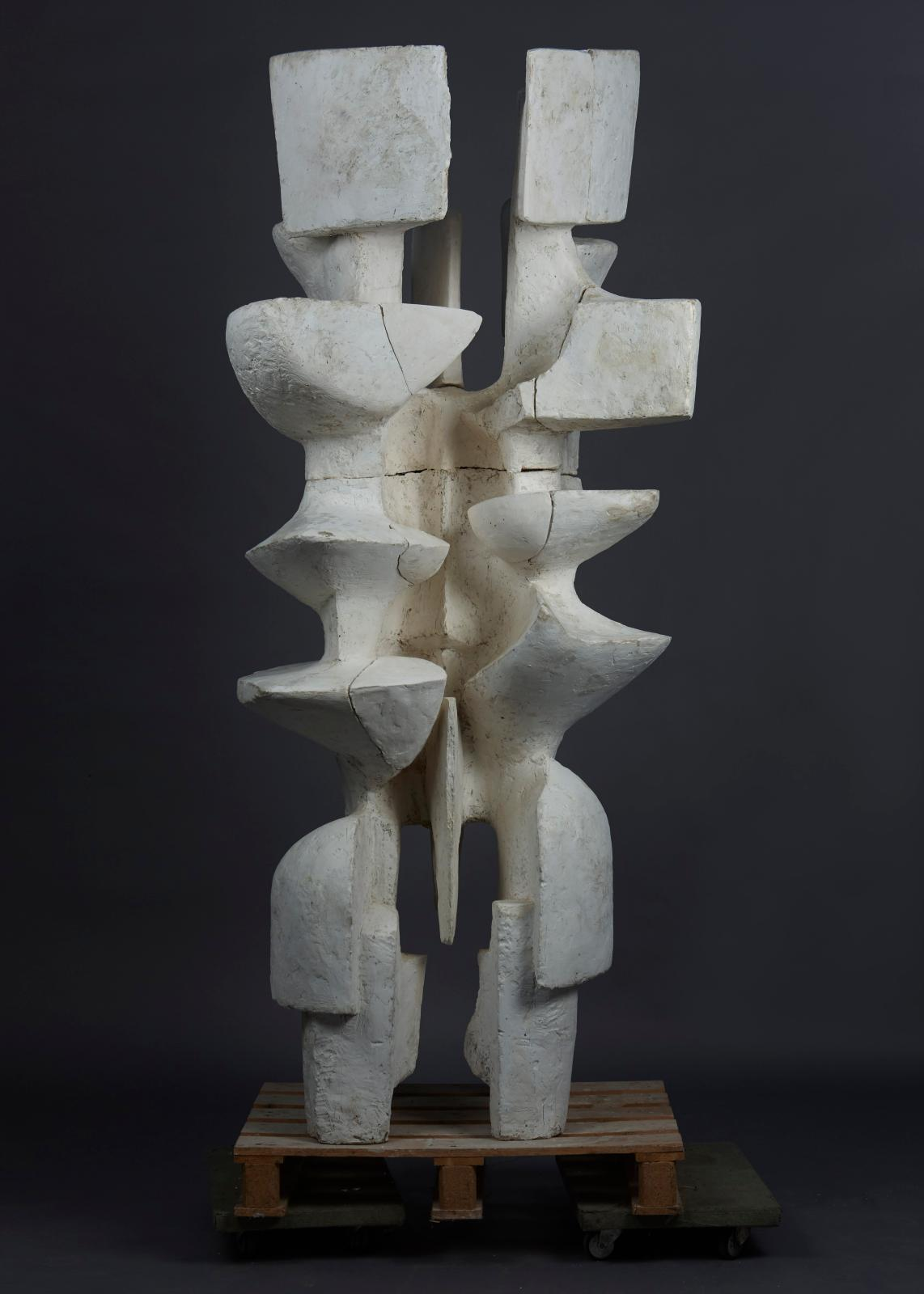 "Alicia Penalba (1913-1982), ""Grand double"", 1962, sculpture, 225 x 100 x 90 cm. Galerie Jean-Marc Lelouch."