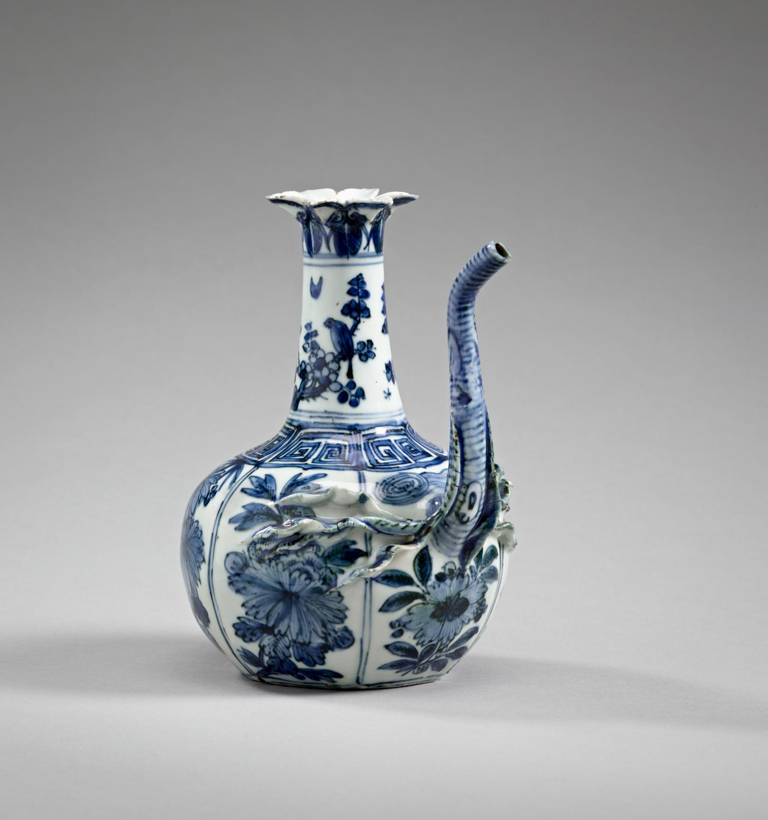 Pouring vessel (kendi) with bird and flower decoration, late 16th/early 17th century, provenance: Jingdezhen (Jiangxi province), Ming dynasty, reign o