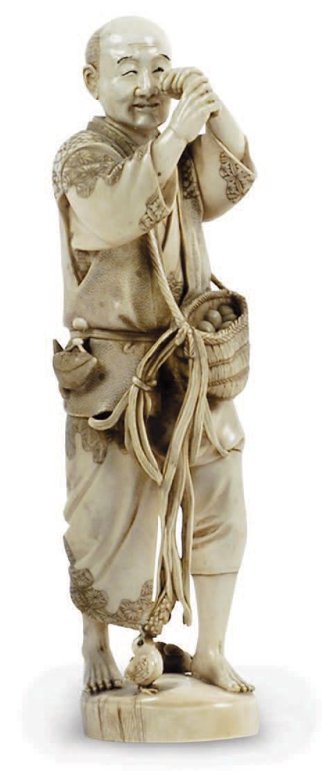 Okimono en ivoire Le Mireur d'œuf, Japon, XIXe siècle. H. 27 cm.Compiègne, 14 janvier 2006. M. Loizillon.1 415 € frais compris.