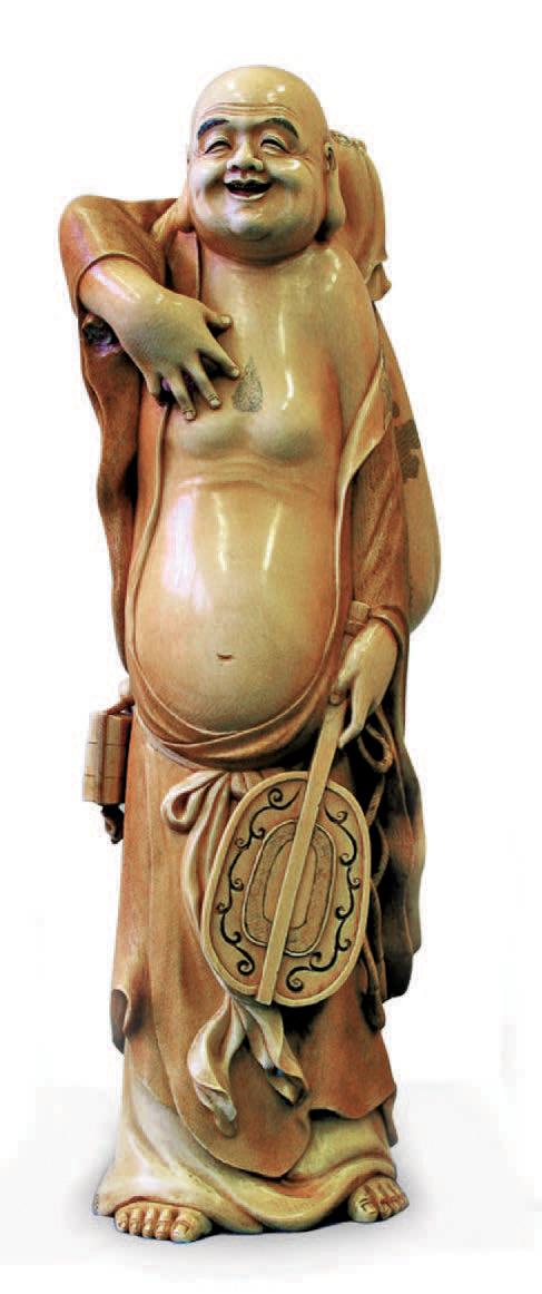 Okimono en ivoire représentant Hotci portant son sac et tenant son éventail, signé Hidemisu. H. 49,5 cm. Rouen, 17 décembre 2006, Jean-Jacques Bisman.