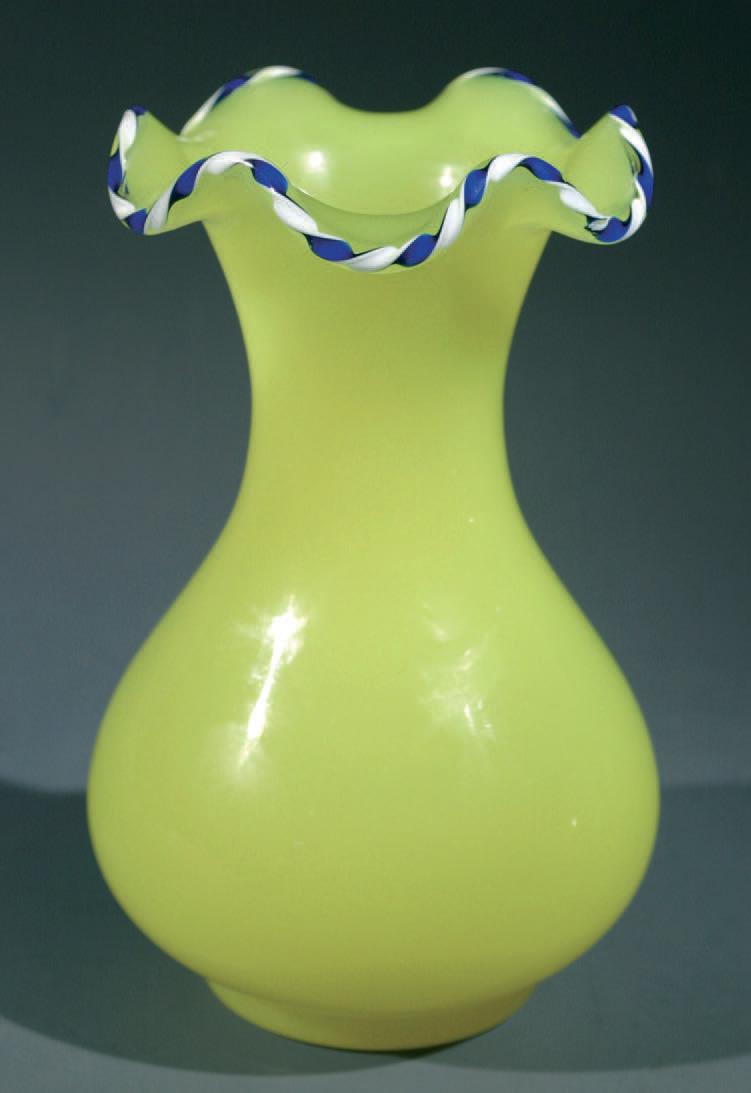 Vase en opaline jaune, bord godronné orné d'une torsade rubanée bleue et blanche, Clichy, vers 1850, h. 15cm.1160€ frais compris.Paris, Drouot-Rich