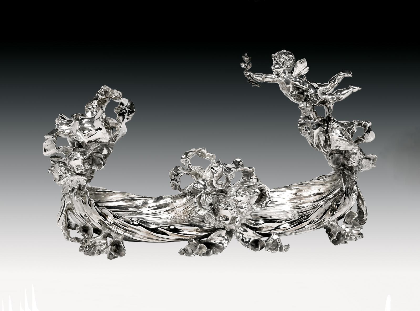 Émile Froment-Meurice. Centre de table en argent, le corps imitant une draperie, les nœuds agrémentés de têtes d'enfants ailés, seconde partie du XIXe