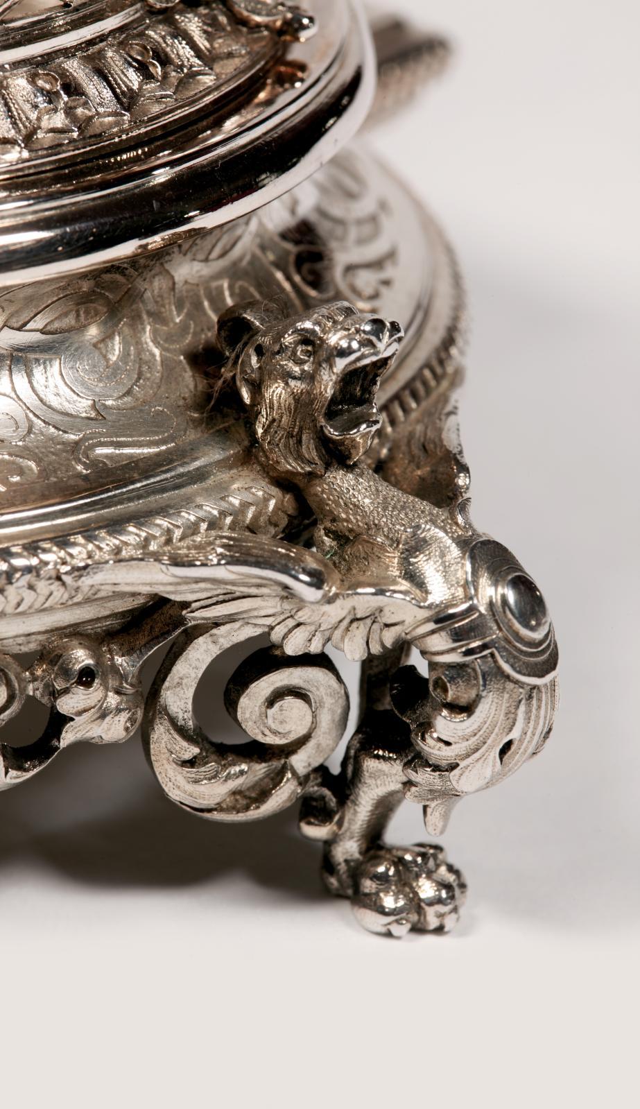 … Henri Duponchel. Huilier-vinaigrier à monture en argent ciselé d'entrelacs et reposant sur quatre pieds en forme de chimère, XIXesiècle, l.27cm (