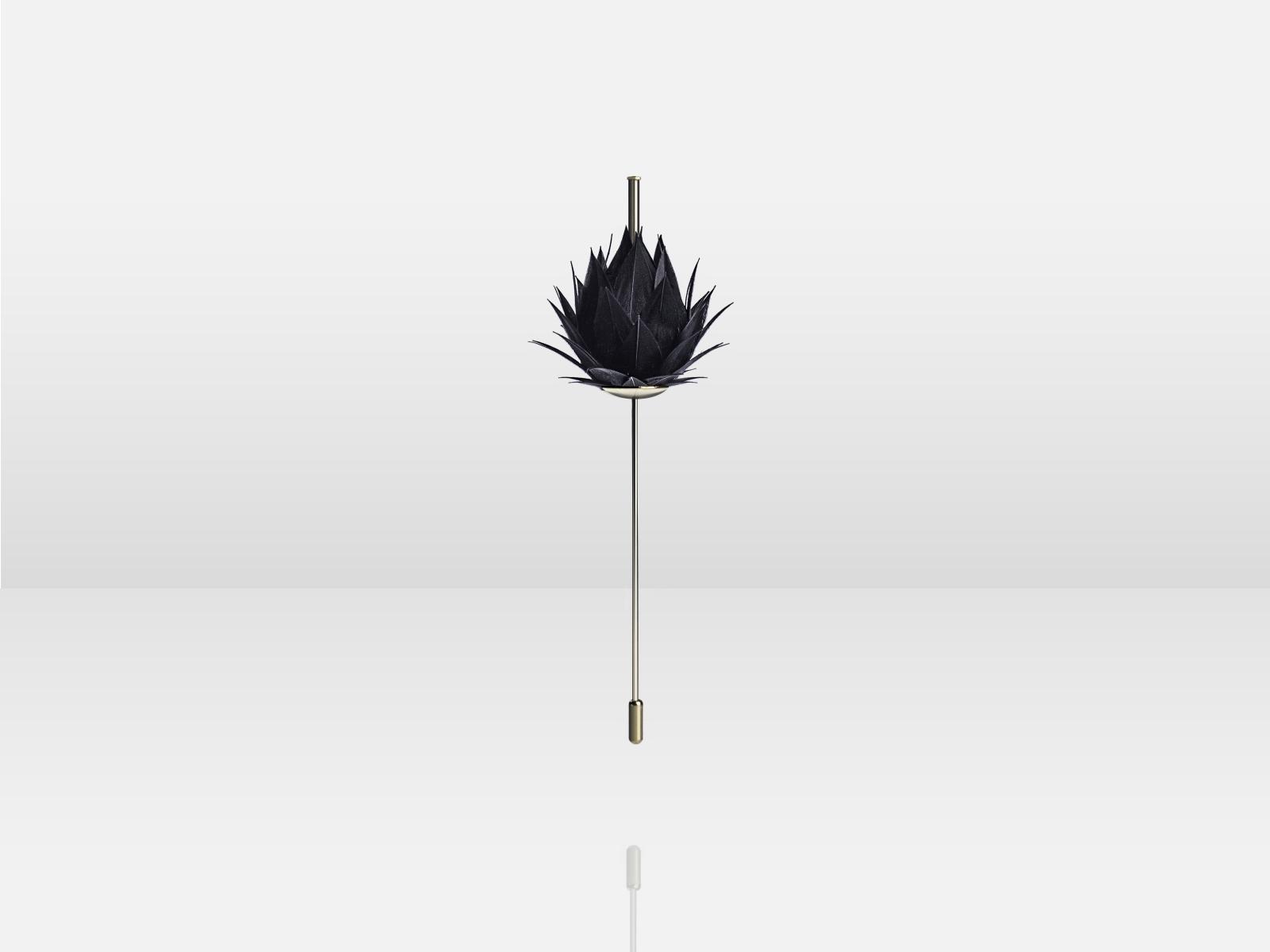 Broche «Abstraction florale», plumes d'oie noires, édition limitée, Sacco Baret. © Sacco Baret