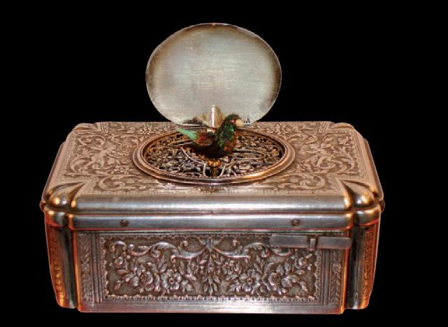 Boîte à musique à oiseau chanteur en argent ciselé, mouvement marqué Flajoulot Paris no 495, signée A. Leschot, 3,8x10x6,5cm. La Rochelle, 20oct