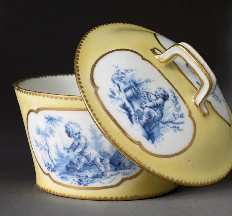 Pot à sucre «à la reine» en porcelaine de Vincennes à fond jaune, décor attribué à Vieillard, vers 1752-1753.Paris, 19 mai 2006,Piasa SVV. M. L'Herrou