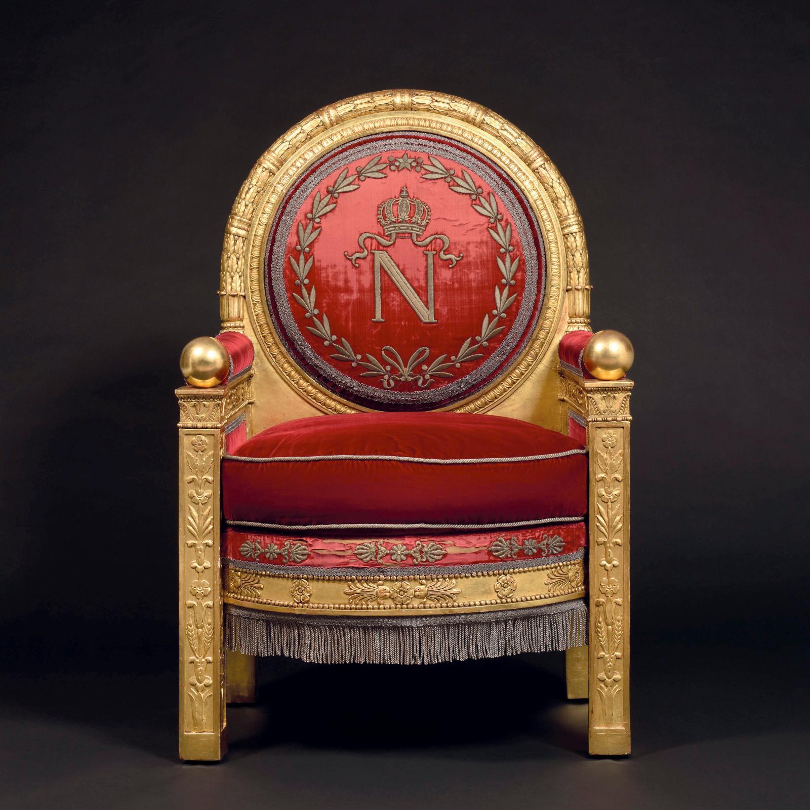 Ce fauteuil de représentation façonné à l'image d'un trône impérial de NapoléonIer, annoncé comme ayant subi des modifications et des restaurations e