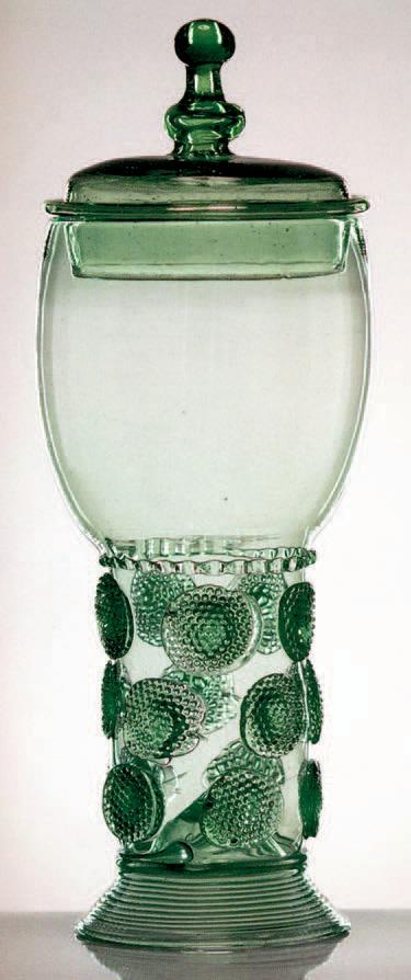 Römer couvert en verre vert, Pays-Bas, XVIIe siècle, H. 25,3 cm.Paris, Artcurial 15/3/200511 126 €