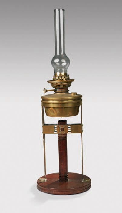 Gustave Serrurier-Bovy, lampe à pétrole de table en bois et laiton, h.47cm, diam.21,5cm. Paris, Drouot-Richelieu, 28juin2010. Millon et Associés