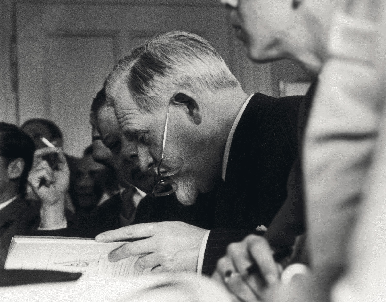 Henri M.Petiet en 1955, lors d'une vente d'estampes chez Kornfeld, à Berne. dr