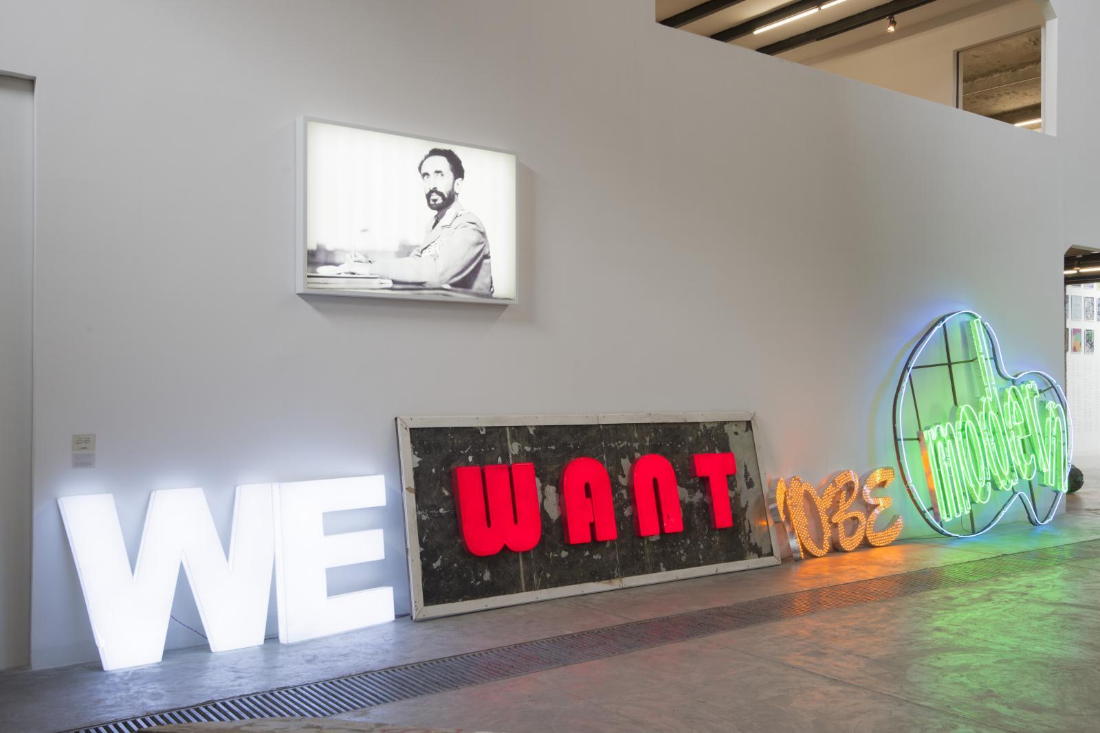 Kader Attia (né en 1970), We Want to be Modern, 2014, installation avec tubes de néon, collection Lin Han. ©Collection Lin Han, Beijing