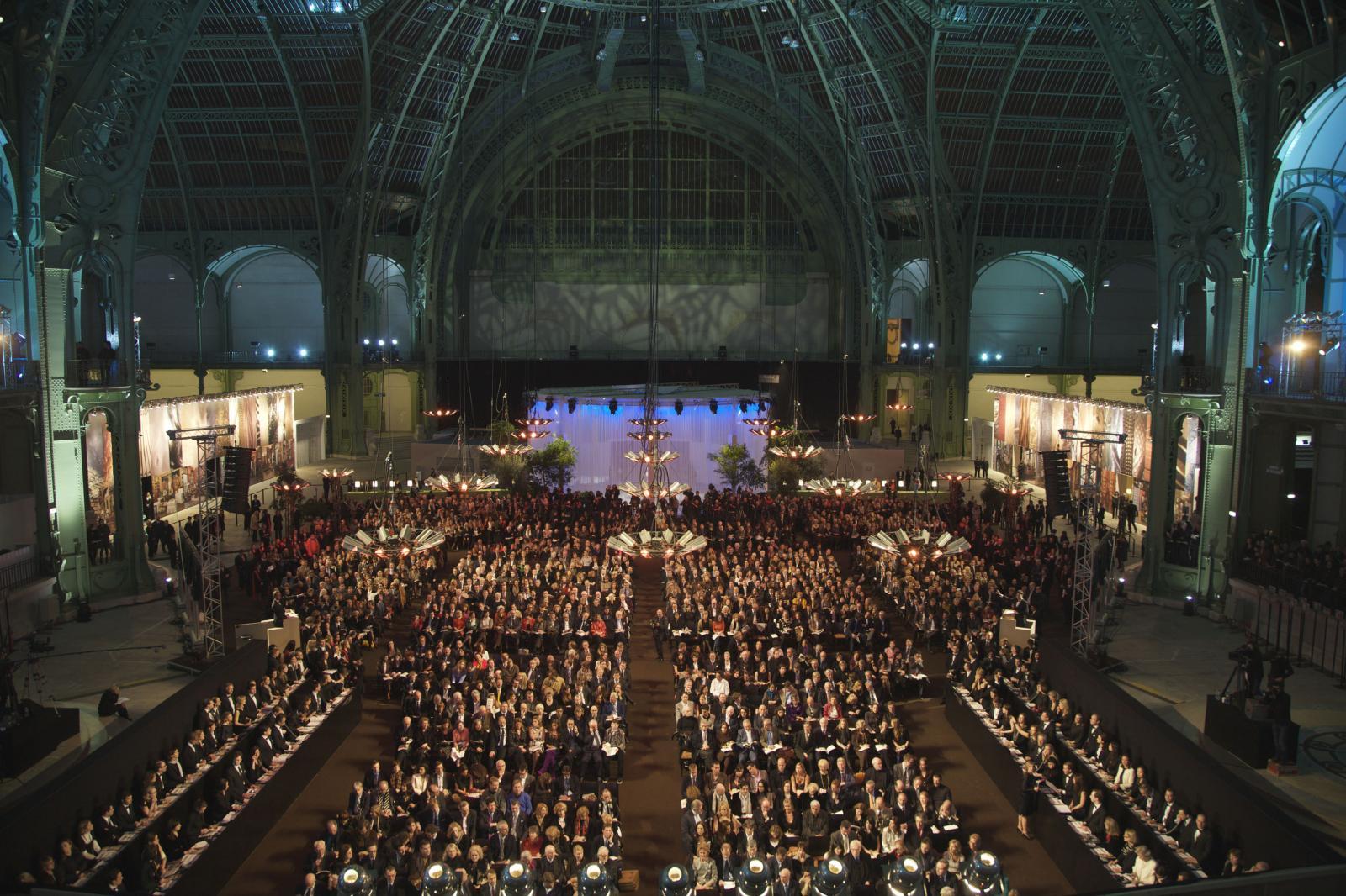 Vente Yves Saint Laurent - Pierre Bergé en 2009 au Grand Palais, Thomas Seydoux était alors chairman chez Christie's. © CHRISTIE'S IMAGES