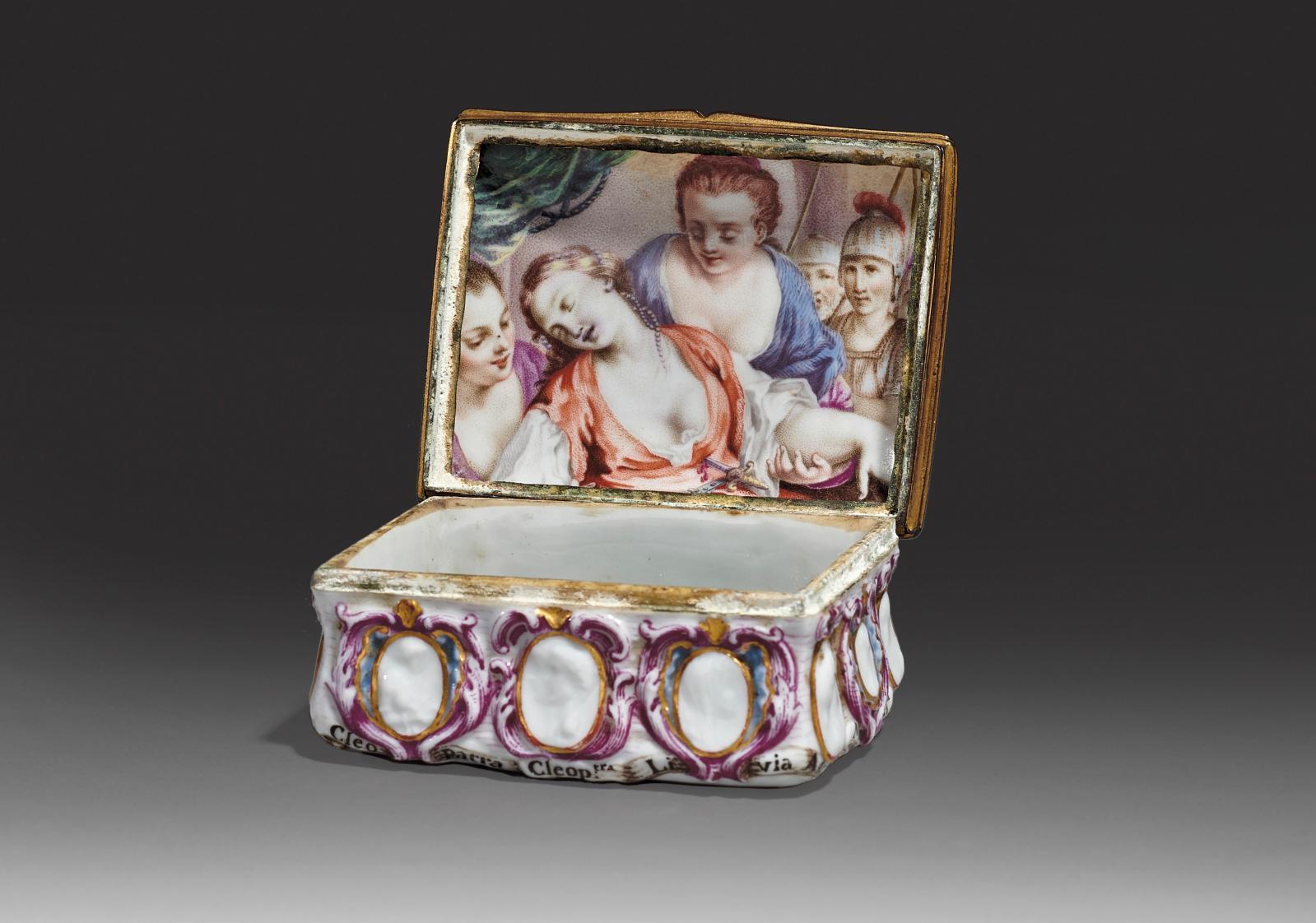 Doccia, XVIIIesiècle. Tabatière en porcelaine or décorée en relief de profils d'impératrices et d'empereurs romains dans des cartouches pourpres et o