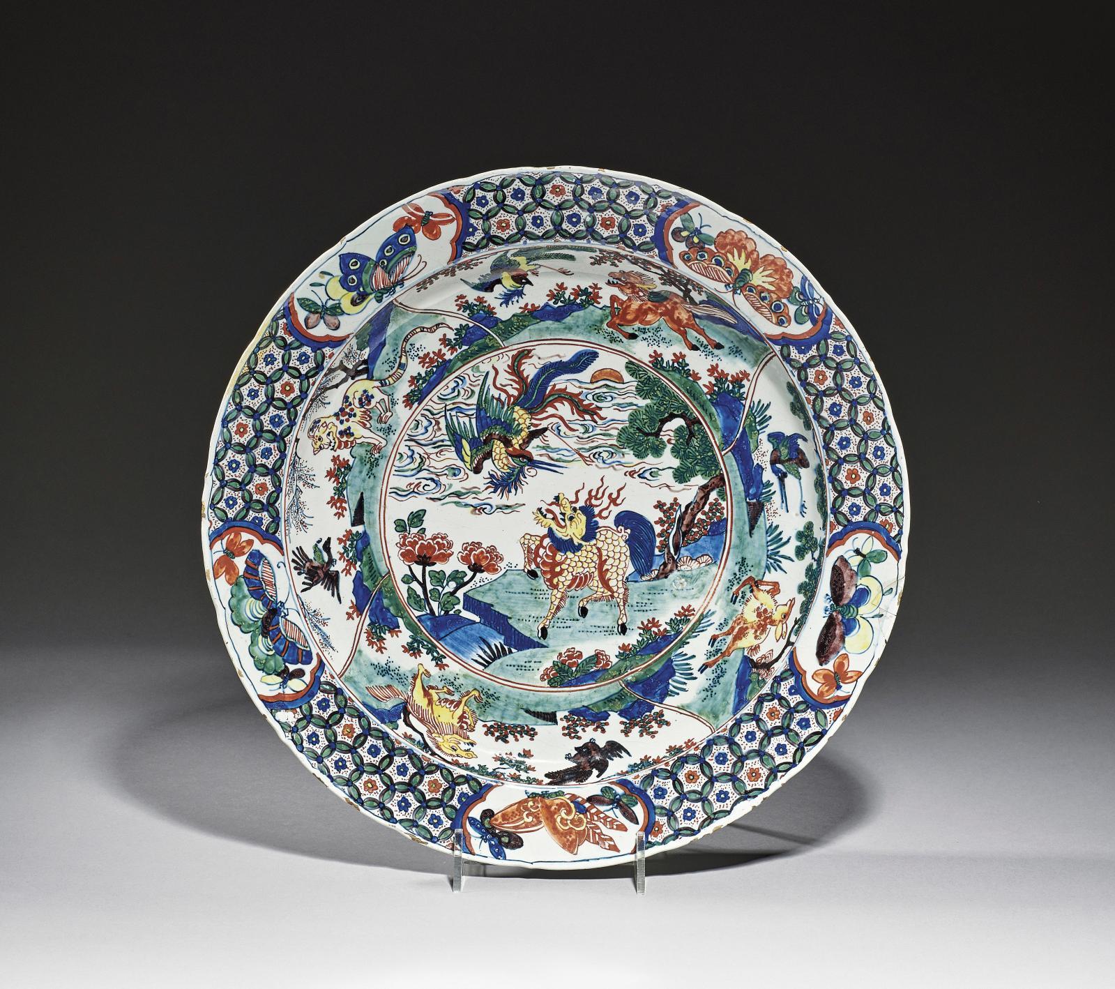 Delft, atelier de De Roos, vers 1720. Plat en faïence orné, dans le style des porcelaines de Chine de la famille verte de l'époque Kangxi, d'animaux f