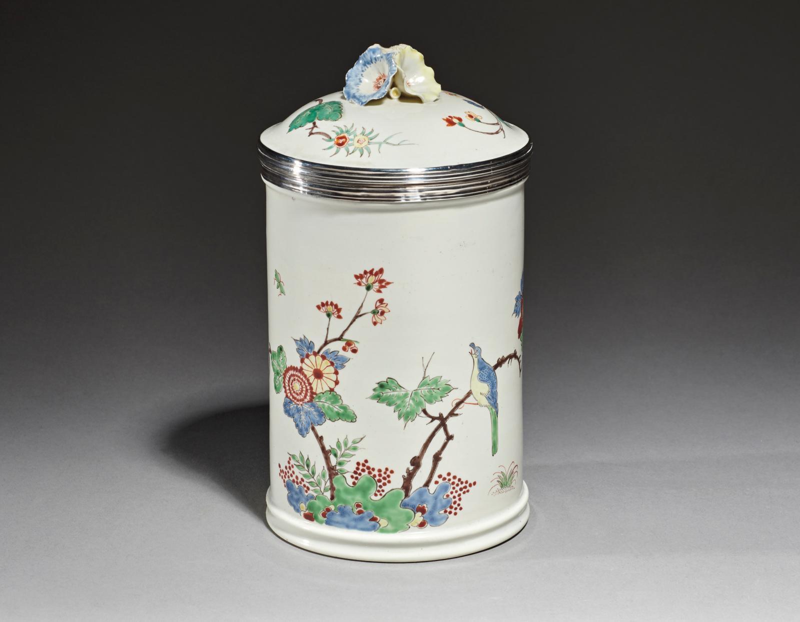 Chantilly, vers 1740-1750. Pot à pommade en porcelaine tendre à décor dans le style Kakiemon d'un oiseau perché sur des branches, monture du couvercle