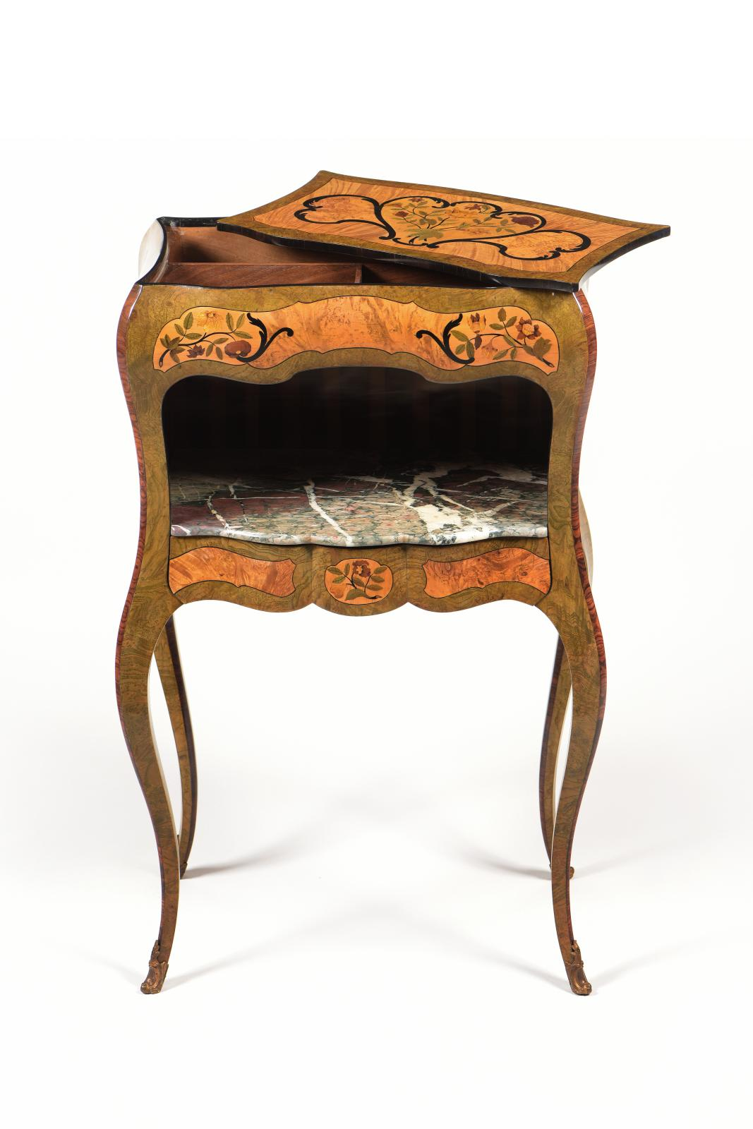 Jean-François Hache(1730-1796), vers 1760-1765, table de salon à ouvrage et à en-cas de milieu, noyer marqueté de loupes de sycomore et d'ébène, 48,5