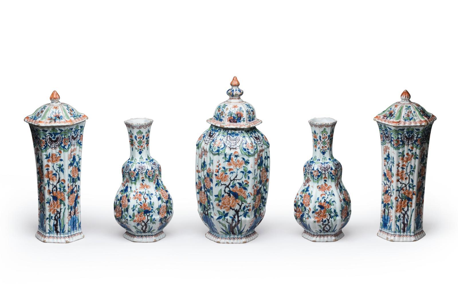 Delft, garniture de cinq vases formée d'une potiche couverte, deux vases de forme balustreet deux vases de forme cornet couverts à paroi côtelée, pre