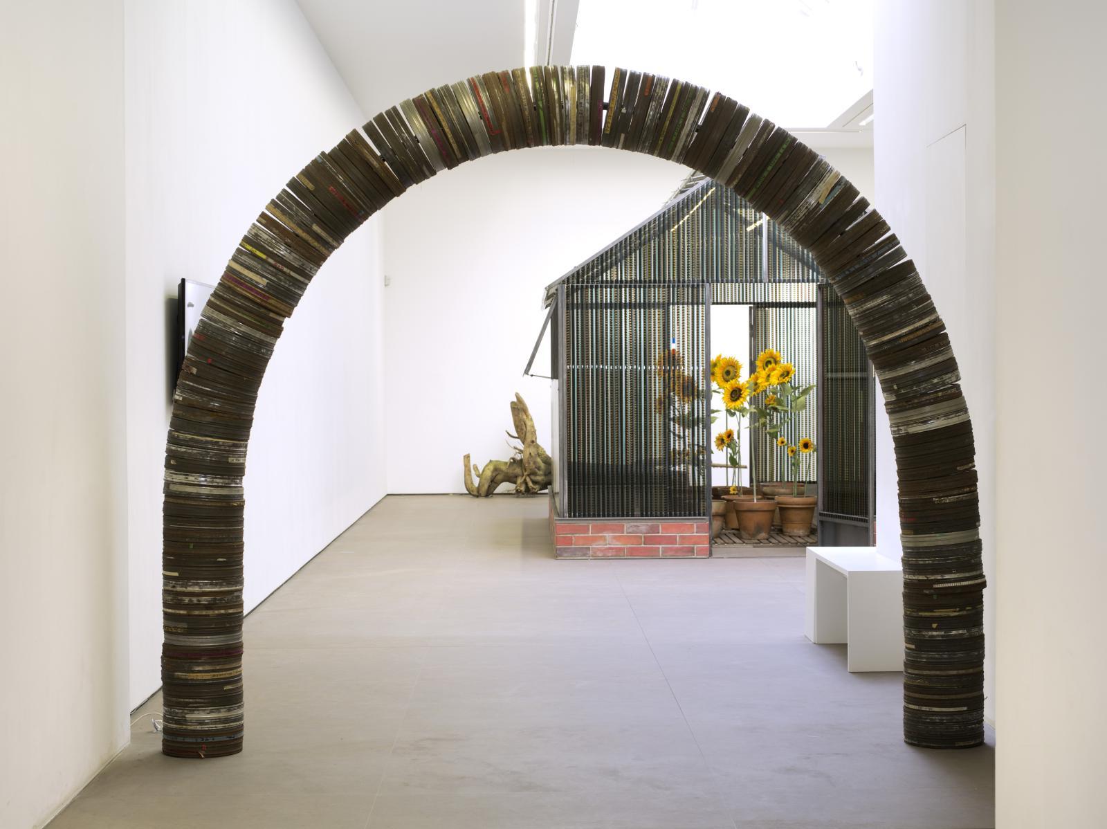 L'arche de bobines et la serre du Bonheur. © Courtesy Galerie Nathalie Obadia, Paris/Brussels