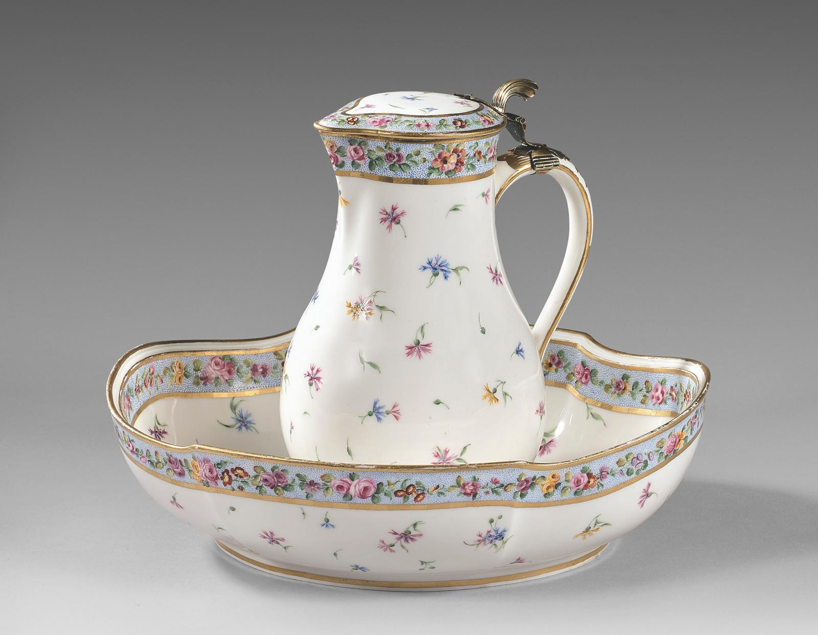 Pot à l'eau tourné, son couvercle (1regrandeur) et sa jatte ovale (2egrandeur) en porcelaine de Sèvres à monture en vermeil du XVIIIe siècle, peintr