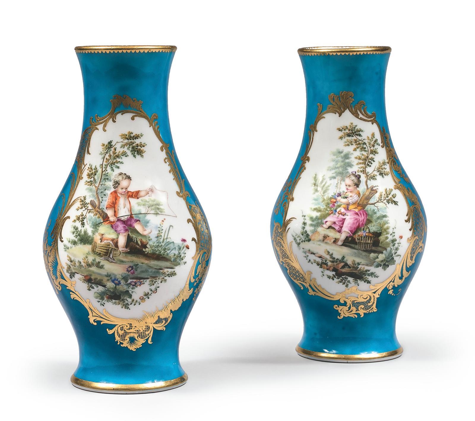 Paire de vases «urnes antiques» en porcelaine de Vincennes du XVIIIe siècle, à décor d'enfants dans des paysages d'après François Boucher, peintre Vie