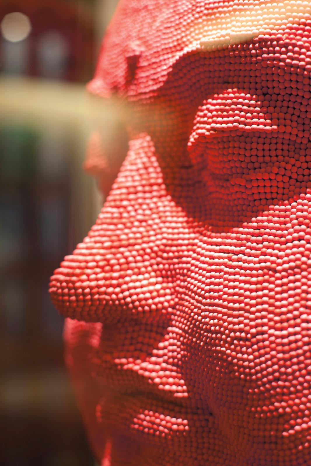 Tête de bouddha, assemblage d'allumettes rouges par David Mach (né en 1956).