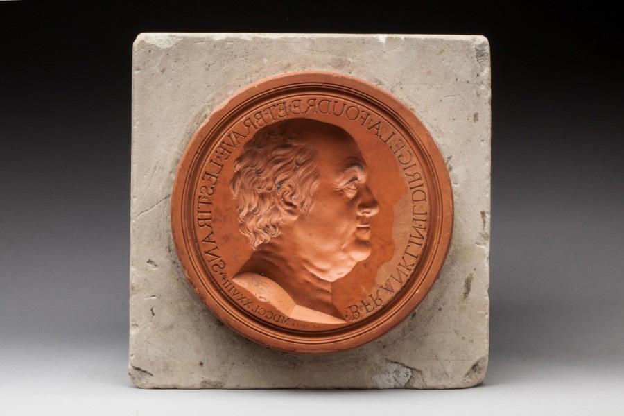 6336€ D'après Jean-Baptiste Nini (1717-1786), Benjamin Franklin, 1778, moule en terre cuite, h.2,9cm, diam.17,5cm. Montbazon, 13juin 2016. Roui