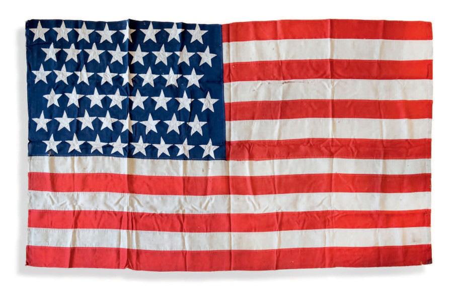 1406€ Drapeau américain, vers 1930, coton cousu, h.135cm, l.228cm. Donné à Maurice Bellonte pour sa traversée des États-Unis. Drouot, 1er décemb