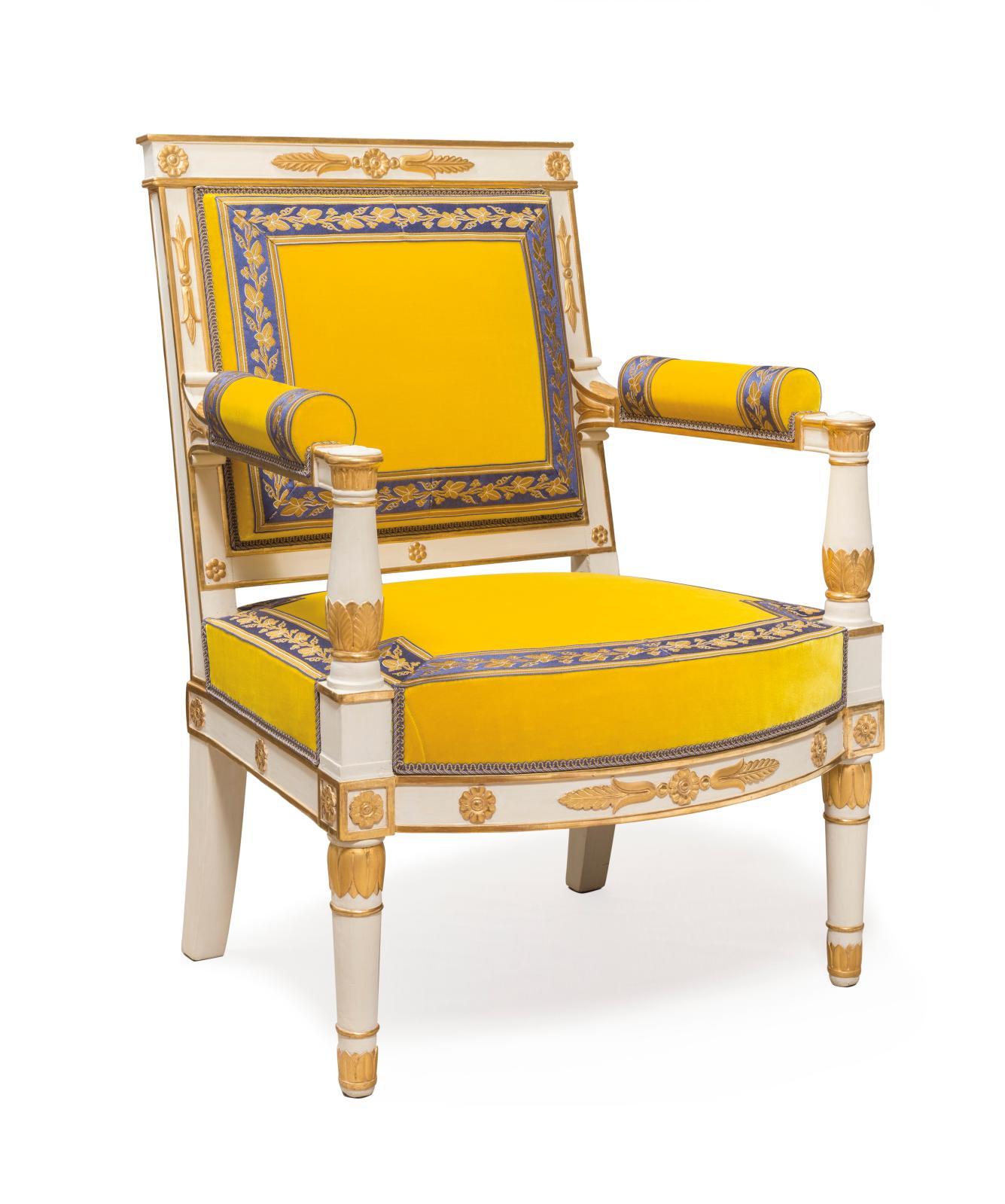 Fauteuil en bois peint en blanc rechampi en or, recouvert de velours jaune, légué en 1965 par la duchesse de Massa, Versailles, musée national des châ