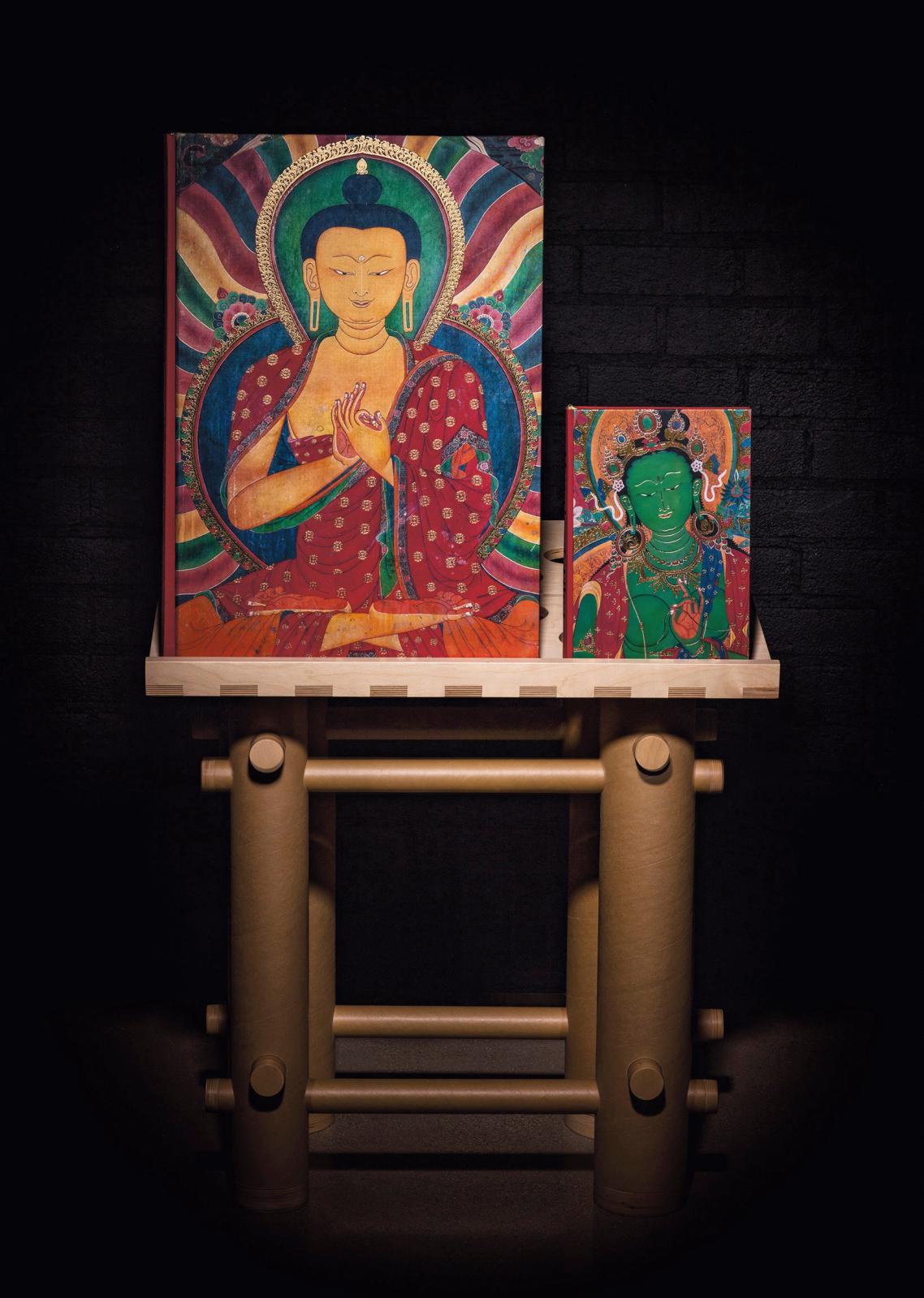 Le volume Murals of Tibet sur son support dessiné par Shigeru Ban.