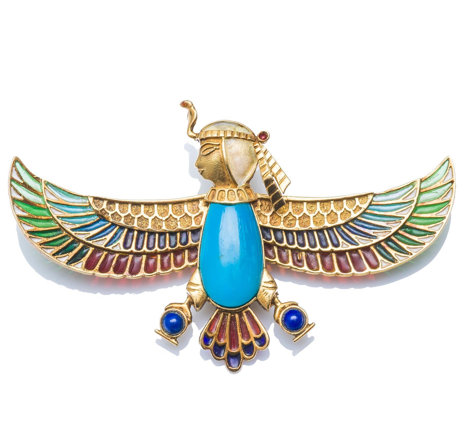 Broche «égyptomania» en or jaune serti de cabochons de pâte de verre à l'imitation du lapis-lazuli et de la turquoise et orné d'émail translucide poly