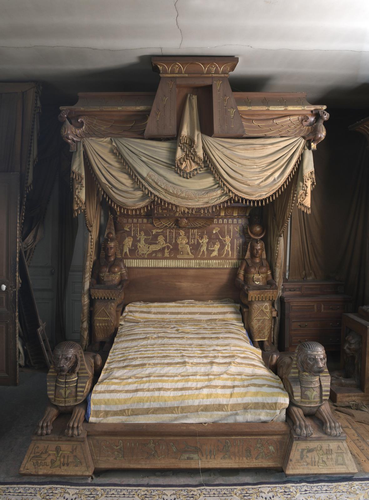 Louis Malard, fin des années1880, chambre à coucher de style néo-égyptien en noyer ciré, sculptures rehaussées de tons or, rouge et vert, comprenant