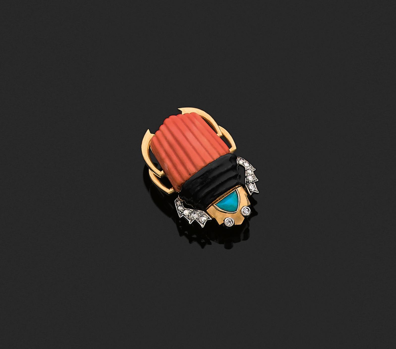 Cartier, vers 1935. Clip de corsage en or jaune et platine, le corps constitué d'un corail gravé et émaillé noir, ornementations d'un cabochon de turq
