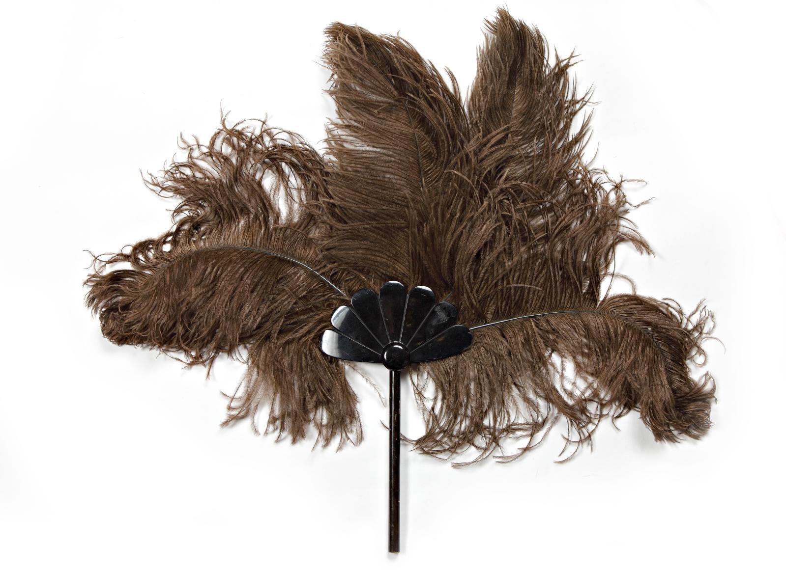 Toutankhamon-manie, vers 1930, écran de plumes d'utruche teintées marron, montées sur un manche et un évasement en matière synthétique inspiré des éve